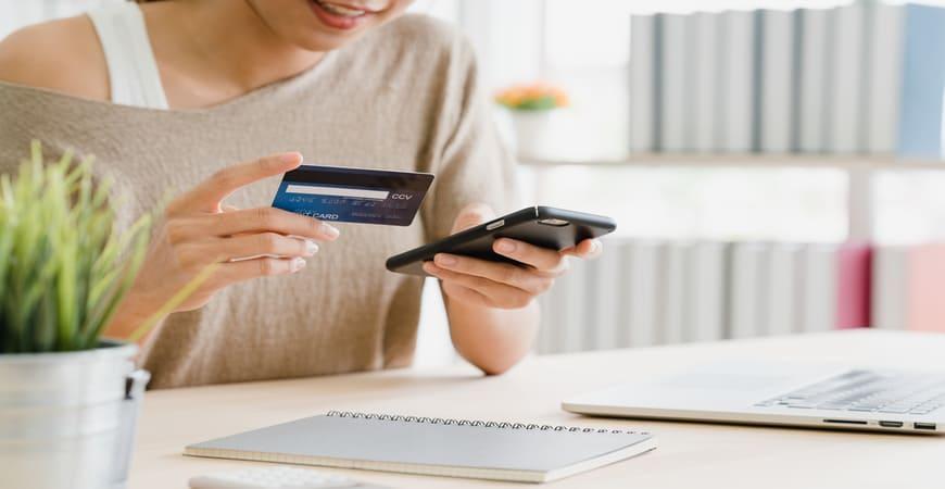 Mujer realizando una compra online